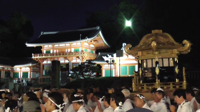 神輿 神社前 夜